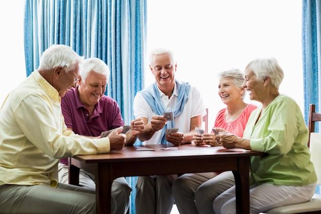 Aînés, jouer cartes, ensemble