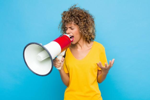 L'air en colère, ennuyé et frustré crier wtf ou ce qui ne va pas avec vous
