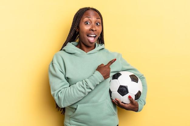 L'air excité et surpris en pointant sur le côté et vers le haut pour copier l'espace. concept de football
