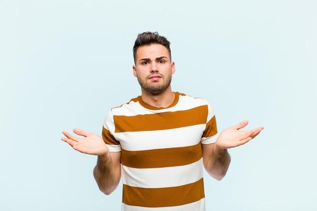 L'air perplexe, confus et stressé, se demandant entre les différentes options, se sentir incertain