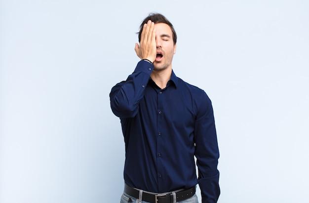 L'air somnolent, s'ennuie et bâille, avec un mal de tête et une main couvrant la moitié du visage