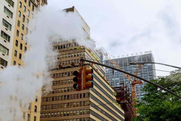 Air steam, accident, repairhot air dans la rue du centre-ville de manhattan.