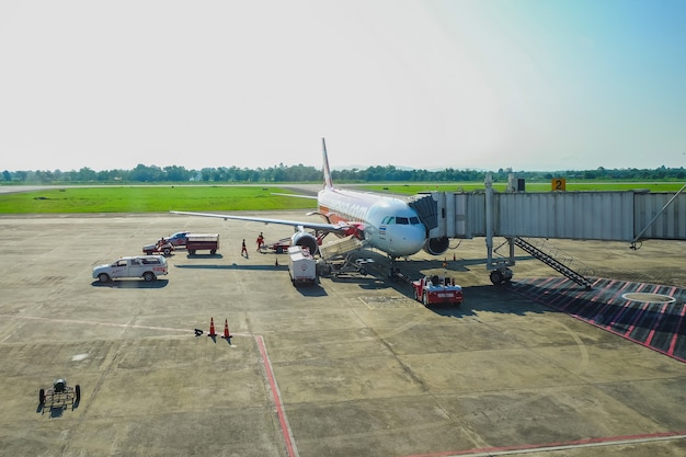 Airasia airplane fait escale pour le service d'assistance et le transfert de passagers