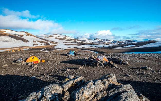 Aire de camping au point culminant de la randonnée de 4 jours au départ de landmannalaugar. islande