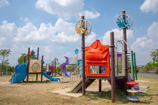 Aire de jeux colorée sur cour dans le parc