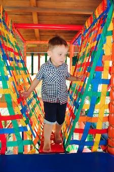 Aire de jeux dans un parc d'attractions couvert pour les enfants