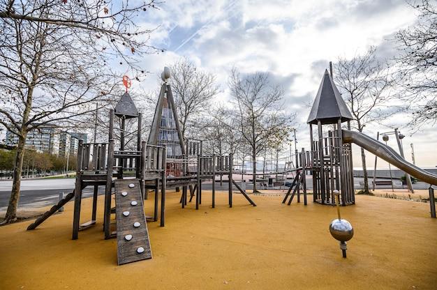 Aire de jeux extérieure pour enfants moderne, revêtement de sol souple. 03.01.2020 barcelone, espagne