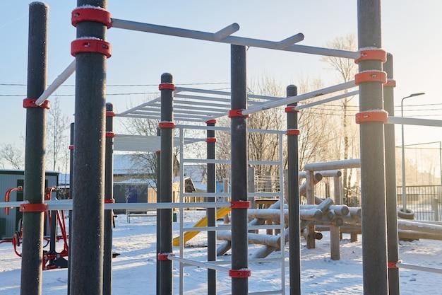 Aire de jeux de plein air publique un jour d'hiver glacial
