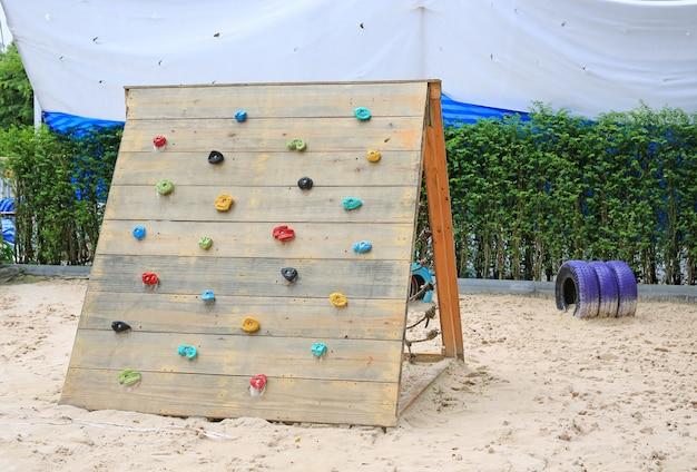 Aire de jeux pour enfants dans le jardin.