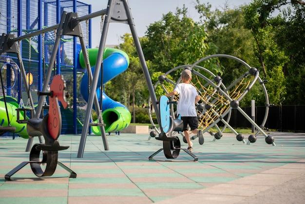 Une aire de jeux pour enfants dans la rue pendant l'été, activités de loisirs locales de la ville