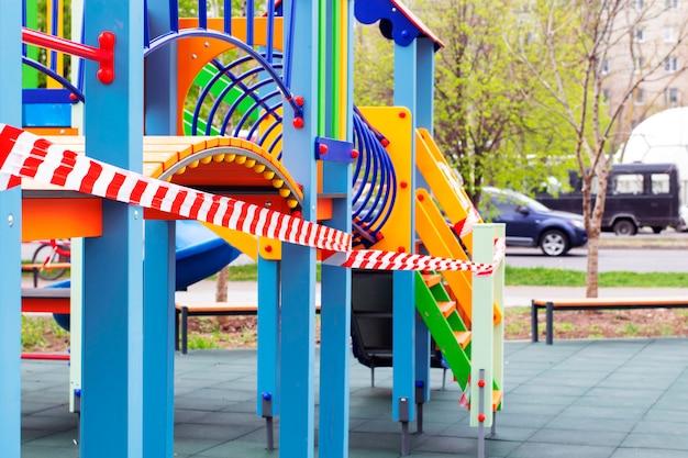 Aire de jeux pour enfants fermée dans la ville. parc vide et aire de jeux. quarantaine, interdiction de séjourner dans un lieu public. reste à la maison
