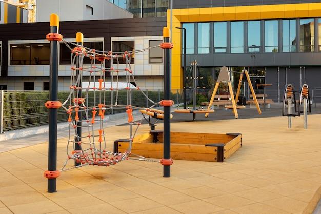 Aire de jeux pour enfants moderne à proximité dans une zone résidentielle urbaine moderne sans enfants