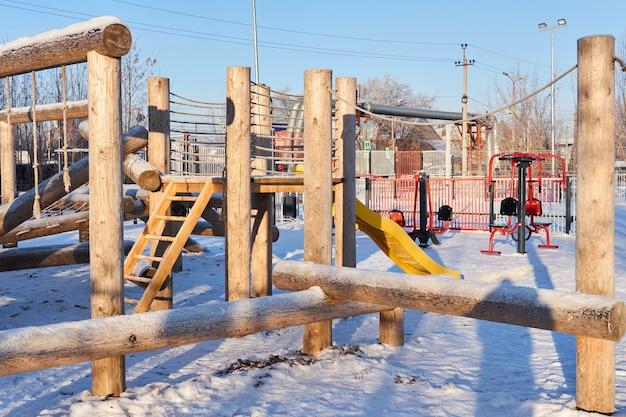 Aire de jeux publique en bois extérieure un jour d'hiver glacial
