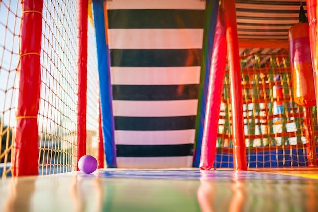 Aire de jeux avec tapis colorés et articles mous pour les jeux