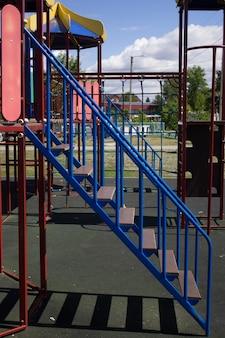 Une aire de jeux vide multicolore et sûre avec un toboggan dans le parc de la ville