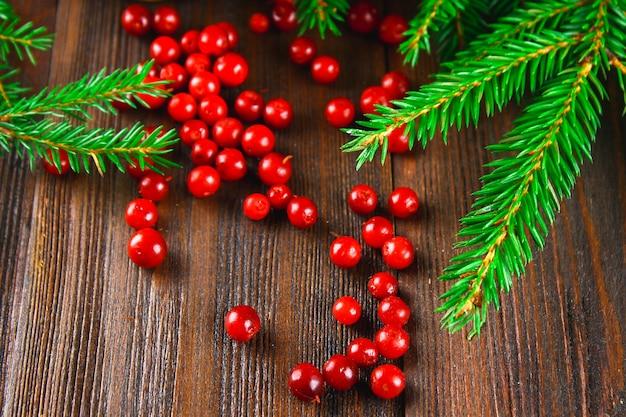 Airelle rouge, myrtille, canneberge, airelle rouge sirotent sur une table en bois marron.