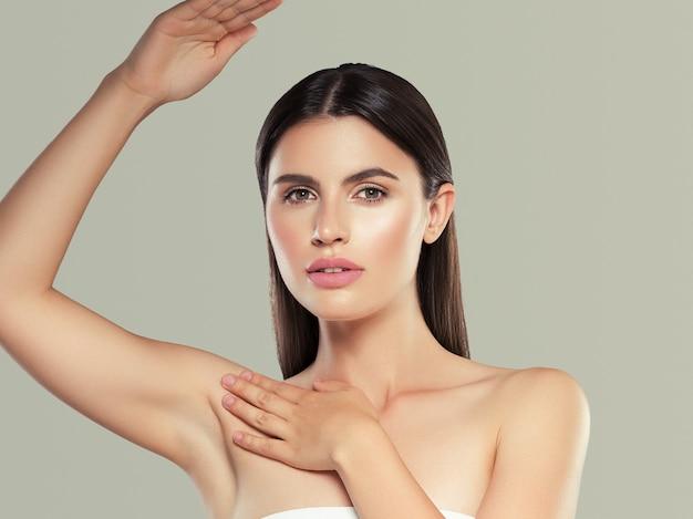 Aisselle main vers le haut femme épilation concept de déodorant pour la peau propre. prise de vue en studio. fond de couleur.
