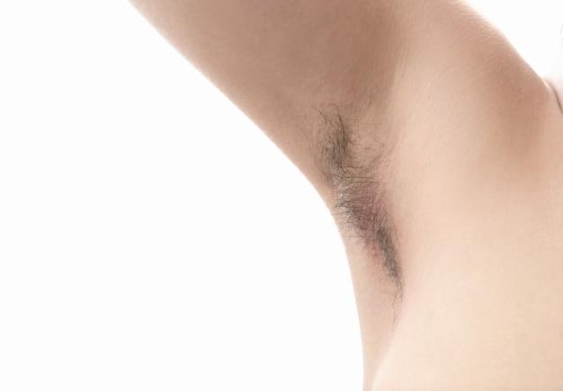 Aisselle poilue, isolée sur blanc, gros plan, non rasé, beaucoup de poils sur l'aisselle