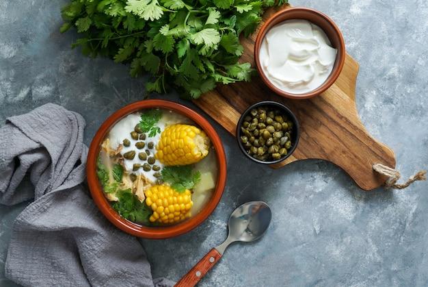Ajiaco colombiano. soupe de pommes de terre commune en colombie, à cuba et au pérou. amérique latine