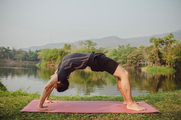 Ajoute l'homme à la pose de yoga cool