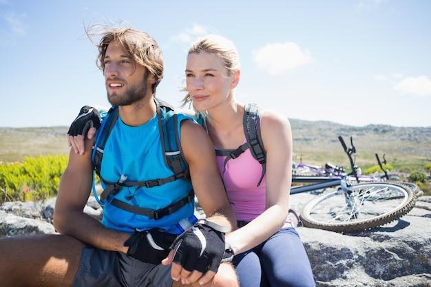 Ajuster le couple cycliste en prenant une pause sur le pic rocheux