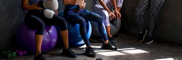 Ajuster les femmes avant l'entraînement dans une salle de sport en studio