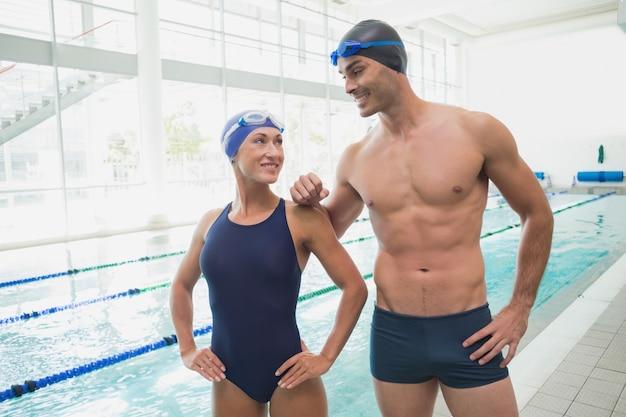 Ajuster les nageurs au bord de la piscine au centre de loisirs