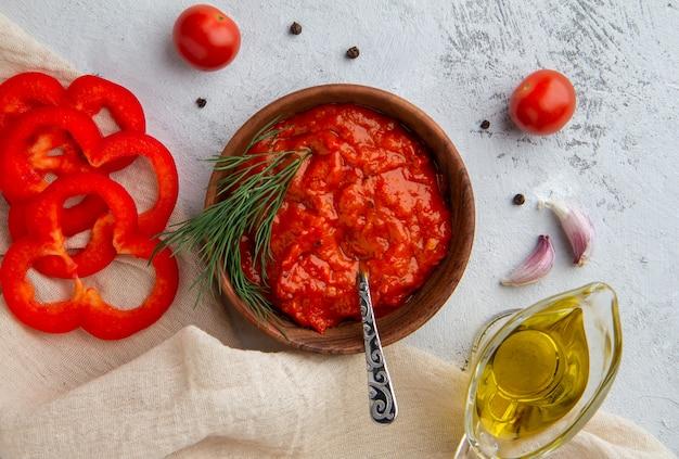 Ajvar caviar de poivron aux légumes dans un bol sur un espace clair