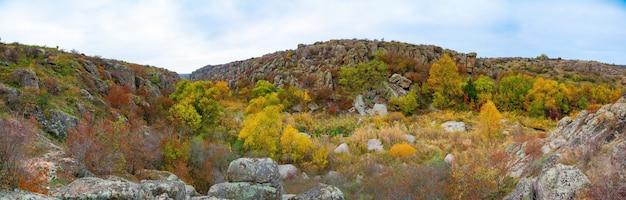 Aktovsky canyon ukraine arbres d'automne et gros rochers de pierre autour
