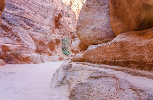 Al-siq - canyon menant à travers des murs de roches rouges jusqu'à petra en jordanie
