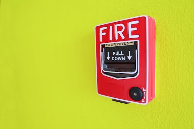 Alarme incendie sur le mur jaune. système de sécurité.