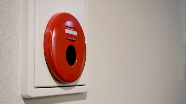 Alarme incendie d'urgence ou alerte ou équipement d'avertissement de cloche couleur rouge sur le mur de fond blanc dans le bâtiment pour la sécurité au japon.