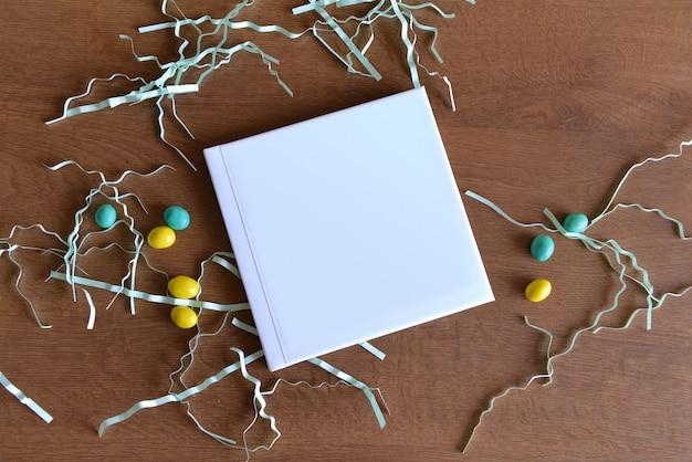 Un album ou un livre avec vue de dessus est sur la table à côté des décorations des fêtes