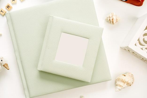 Album photo sur surface blanche