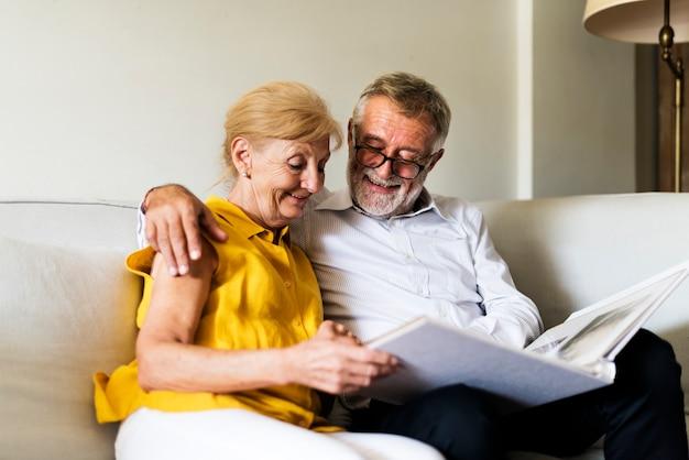 Album de photos de couple de personnes âgées