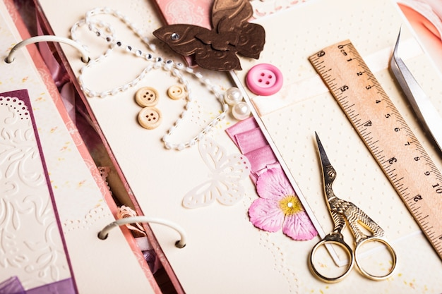Un album de scrapbooking avec péages et décorations roses