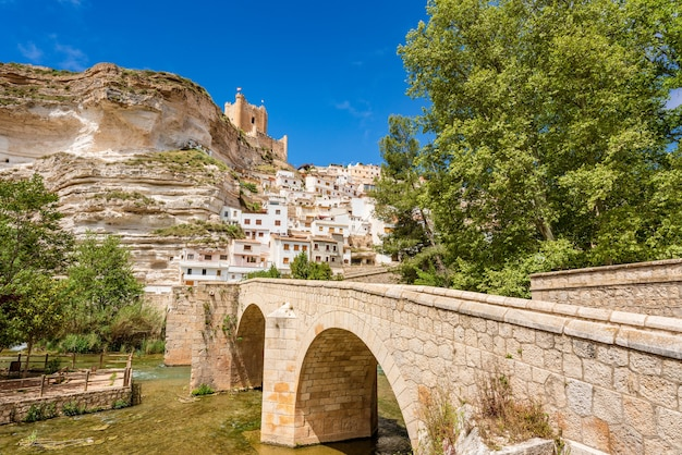 Alcala del jucar espagne ville blanche pittoresque et touristique dans un méandre de la rivière jucar avec un pont de pierre