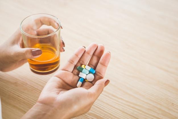 Alcoolisme femme prenant des pilules avec de l'alcool