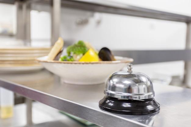 Alerte cloche sur la table de la cuisine dans un restaurant
