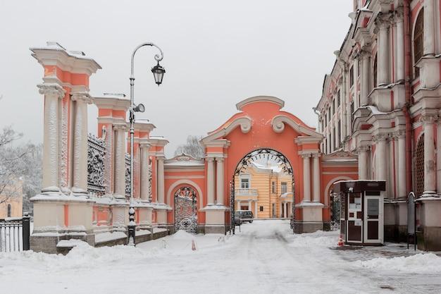 Alexander nevsky lavra et monastère à jour de neige glaciale, saint-pétersbourg, russie