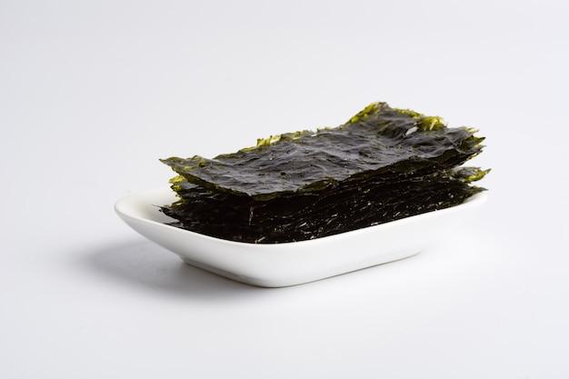 Algues sec sur fond blanc