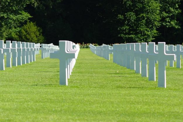 Alignement croisé dans le cimetière américain