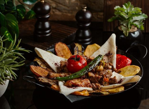 Un aliment ichi local finement grillé et servi avec des morceaux de lavash