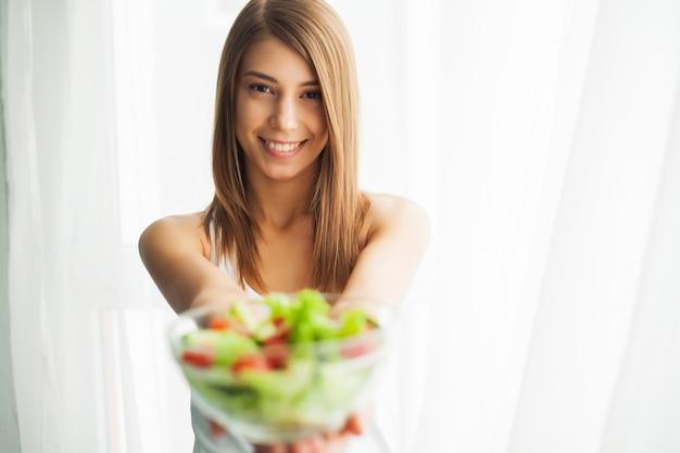 Alimentation et alimentation saine. jeune femme mangeant une salade saine après l'entraînement