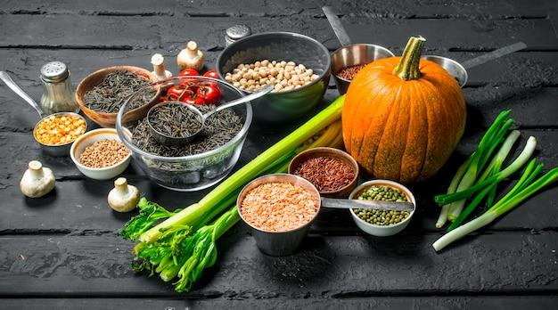 Alimentation biologique. différentes gammes de fruits et légumes avec des légumineuses.