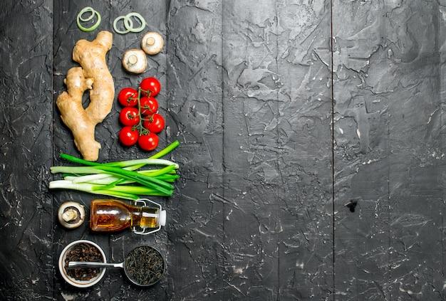 Alimentation biologique. différents légumes avec du riz sauvage sur une table rustique sombre.