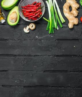 Alimentation biologique. différents légumes sains. sur une table rustique noire.