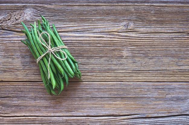 Alimentation biologique. haricots verts sur fond en bois rustique