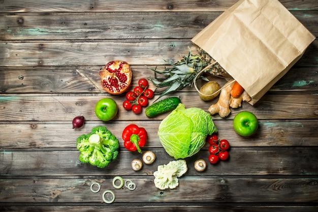 Alimentation biologique. paquet alimentaire avec des légumes et des fruits sains sur une table rustique.