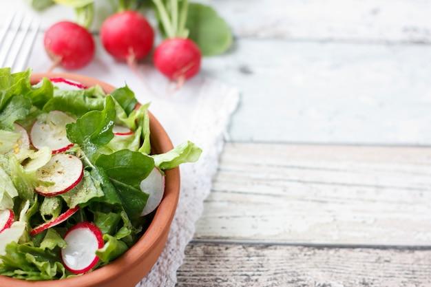 Alimentation diététique pour la forme physique. salade de radis, laitue et roquette